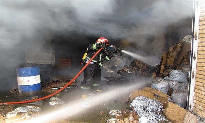 آتشسوزی سوله کارتن یک واحد تولیدی در خمینیشهر ۷ مصدوم داشت