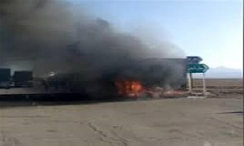 آتش سوزی تریلی حامل ۳۰ تن کاغذ در محور اردستان-ظفرقند