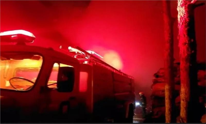 آتشسوزی کارخانه بازیافت کاغذ در ارومیه/عملیات اطفا تداوم دارد