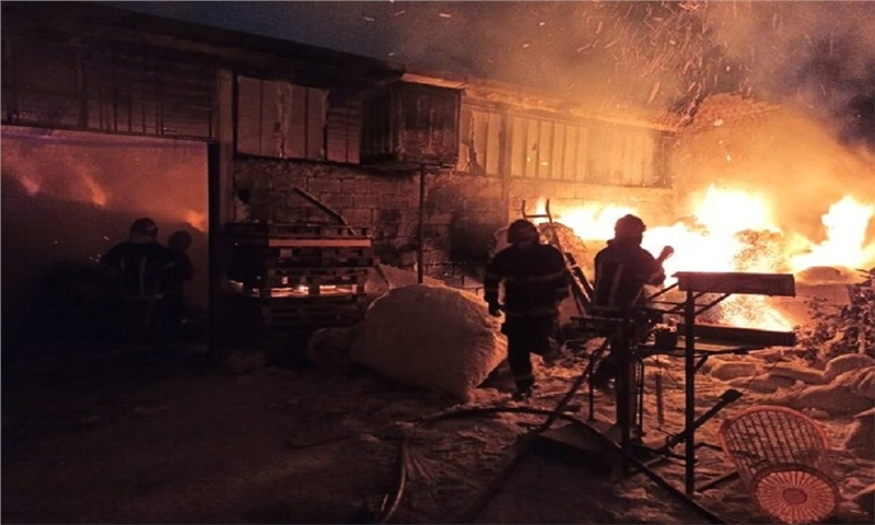 آتش سوزی گسترده انبار مواد شوینده و دستمال کاغذی در ساوه